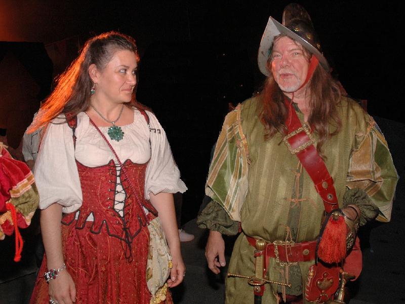 Animation fête renaissance espagnole et conquistadore - Cécile Arnaud en gitane costume renaissance et Bernard Berthel dans le rôle du capitaine de la garde - Costume renaissance