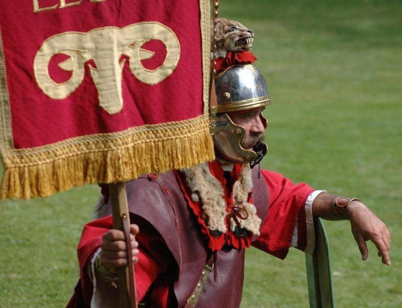 Signifer porte enseigne légionnaire romain de la légion romaine en animation fête romaine antique organisée par les voyageurs du temps