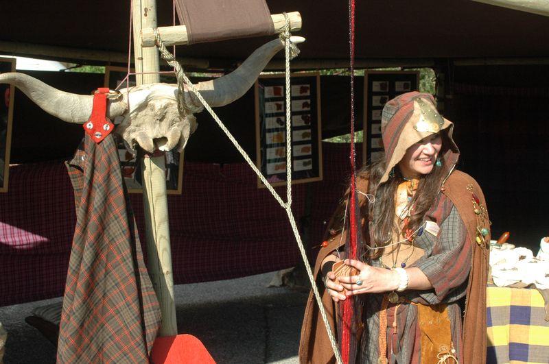 photo image d' une animation artisanale filage laine et fibres naturelles lors d' une fête gaulois et romains - organiser avec des Animation de vieux métiers d' artisan - Metier à tisser à plaquettes pour faire du tissage de passementerie, galon, ceinture et ruban celte et romain -Animations antiques époque gallo-romaine par les VOYAGEURS du TEMPS - Musee Izernore - Fête du patrimoine les 17 et 18 septembre 2011 -